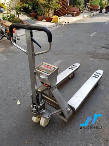 Cân điện tử xe nâng INOX 2 tấn được Cân Hoàng Thịnh cung cấp mẫu cân xe nâng tay pallet 2000kg chất lượng cao chính hãng. Liên hệ 0966.105.408 để được giảm giá 10%