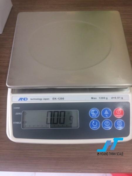 Cân điện tử kỹ thuật AND EK 1200g - 0.01g là mẫu cân được sử dụng trong phòng thí nghiệm, cân trọng lượng các mẫu vật nhỏ