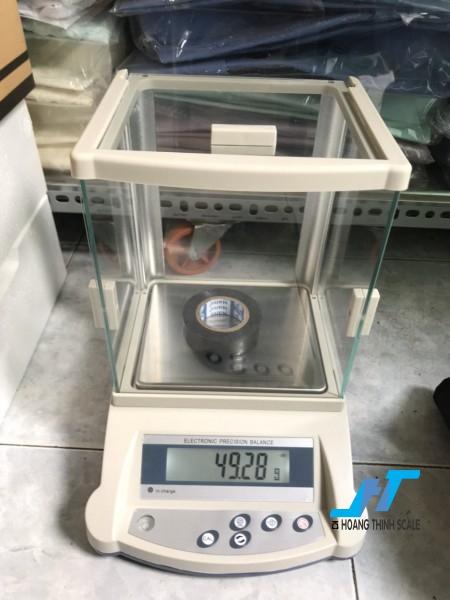 Cân điện tử kỹ thuật KD-BN 2100g - 0.01g là dòng cân được thiết kế nhỏ gọn phù hợp cho các phòng thí nghiệm, cân đo độ cao su, cân ngành vàng, cân định lượng giá trị nhỏ.