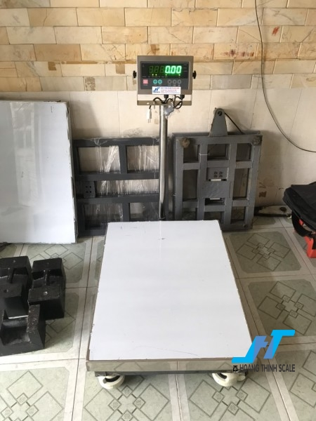 Cân bàn điện tử là dòng cân thiết kế kiểu dáng đẹp, gắn bánh xe đẩy để dễ dàng di chuyển, dùng nhiều trong nhiều lĩnh vực, ứng dụng cân trọng lượng...