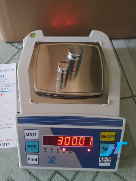 Cân điện tử kỹ thuật VMC FHB 300g là dòng cân được sử dụng trong phòng thí nghiệm, dùng để cân đo đong đếm các mẫu vật nhỏ